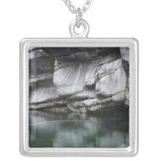 Collier Falaise arrondie de roche par la rivière de
