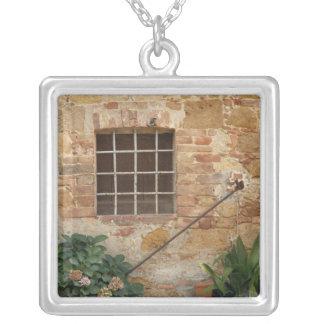 Collier Fenêtre et mur en pierre antique, Pienza, Italie