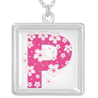 Collier floral assez rose initial du monogramme P