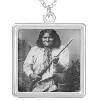 Collier 'Geronimo avec l'arme à feu chez le Ready