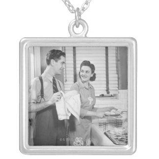 Collier Homme et femme faisant des plats