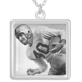 Collier Homme jouant au football 3