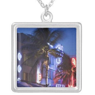 Collier Hôtel au néon la nuit, commande d'océan, Miami du
