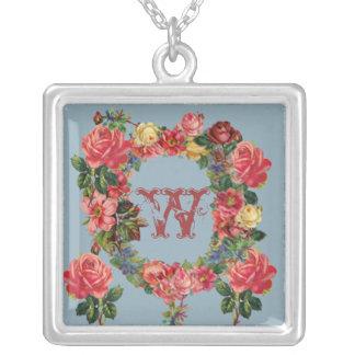 Collier initial romantique avec des roses