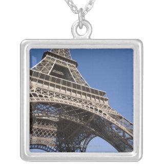 Collier La France, Paris, Tour Eiffel, vue d'angle faible