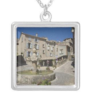 Collier La France, Provence, Valensole. Les touristes les