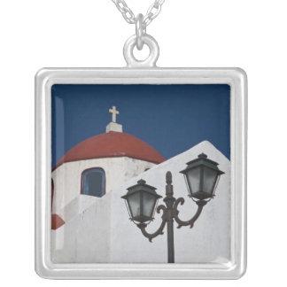 Collier La Grèce, Mykonos, chapelle avec le dôme rouge et