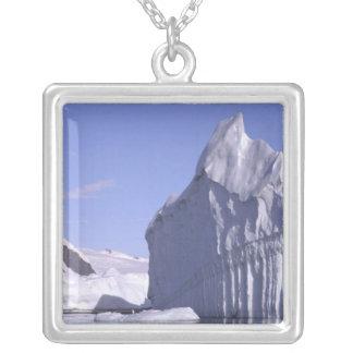 Collier L'Antarctique, péninsule antarctique. Zodiak et