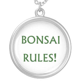 Collier Le bonsaï ordonne le texte vert
