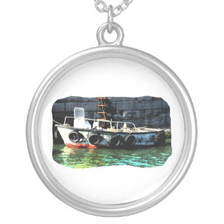Collier L'échelle de petit bateau fatigue dans l'océan par