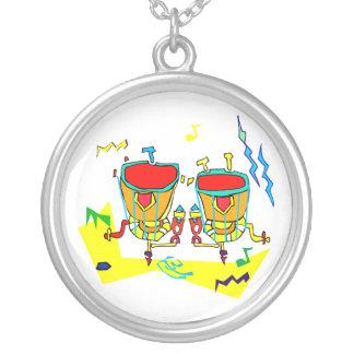 Collier Les timbales battent du tambour dans des couleurs