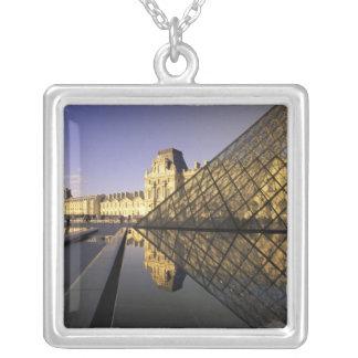 Collier L'Europe, France, Paris. Le Louvre et verre