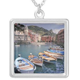 Collier L'Europe, Italie, Vernazza. Bateaux brillamment