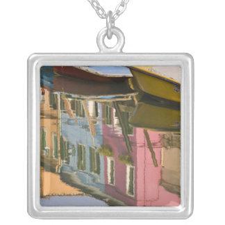 Collier L'Italie, Burano. Bateaux sur un canal avec