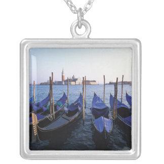 Collier L'Italie, la Vénétie, Venise, rangée des gondoles
