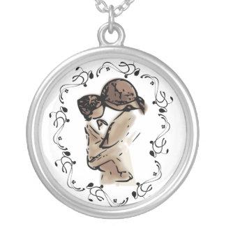 Collier Mère tenant son enfant