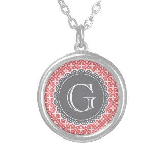 Collier Monogramme floral de corail de gris de motif de