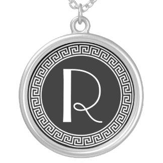 Collier Monogramme principal grec de conception