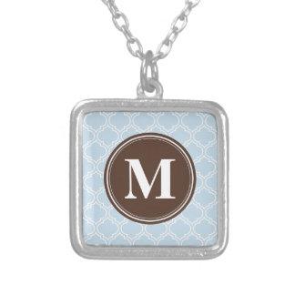 Collier Motif décoré d'un monogramme de treillis de bleus