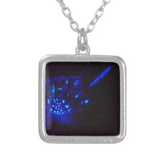 Collier noir bleu du feu avec des étincelles
