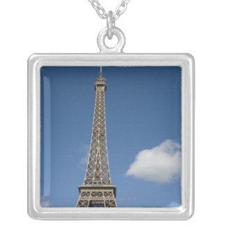 Collier nuages blancs contre le ciel bleu derrière Eiffel