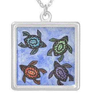 Collier Quatre coquilles colorées par tortues noires