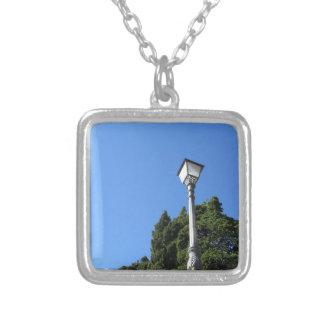 Collier Réverbère vintage contre le ciel bleu