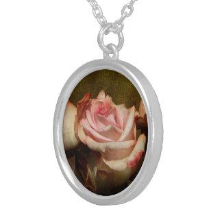 Collier rose poussiéreux
