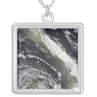 Collier Tempête de poussière soufflant au-dessus de la mer