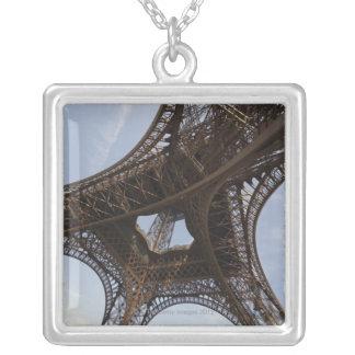 Collier Tour Eiffel à Paris, vue d'angle faible