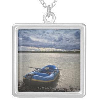 Collier Transportant par radeau sur la rivière de