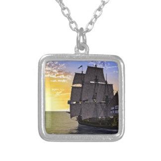 Collier Un bateau de navigation noir de Corvette et le