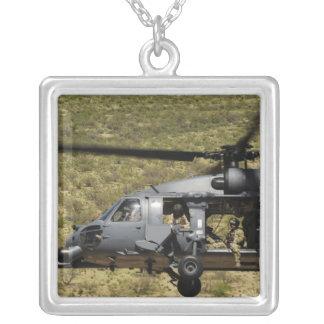 Collier Un HH-60 pave le faucon vole au-dessus du désert