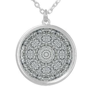 Collier vintage de kaléidoscope de motif blanc de