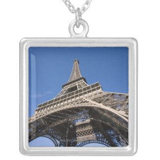 Collier vue large regardant Tour Eiffel