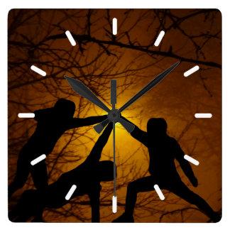 Combattants d'épée horloge carrée