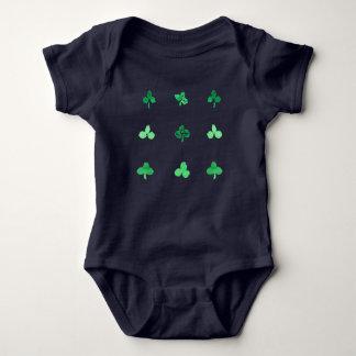 Combinaison de jersey de bébé avec neuf feuilles body