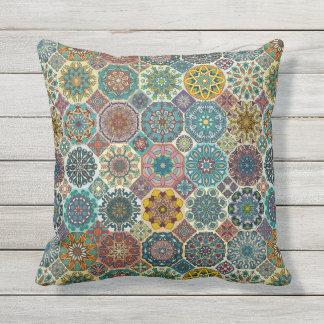 Conception abstraite colorée de motif de tuile coussin décoratif