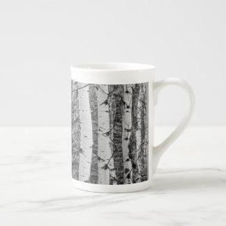 Conception noire et blanche de tronc d'arbre de mug