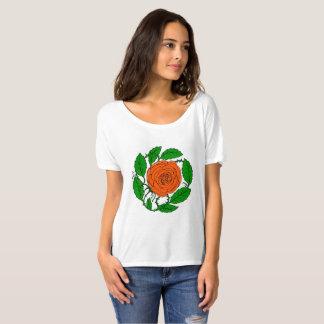 Conception rose de pêche sur le T-shirt à manches