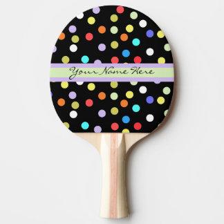 Confettis personnalisés d'arc-en-ciel sur le noir raquette de ping pong