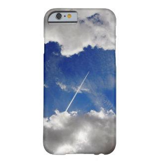Coque Barely There iPhone 6 Traînées d'avion à réaction entre deux nuages