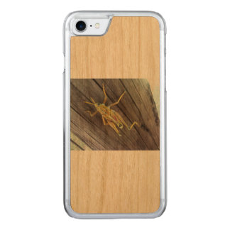 Coque Carved iPhone 8/7 Sauterelle sur le bois