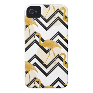 Coque Case-Mate iPhone 4 Hand drawn gold flamant with chevron background