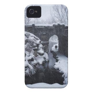 Coque iPhone 4 Case-Mate Un couple marchant sous une voûte d'envergure de