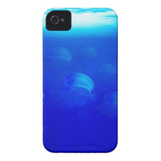 Coque iPhone 4 Méduses bleues de groupe dans la natation de