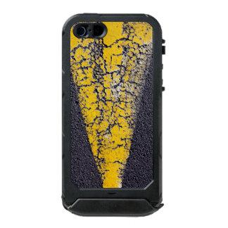 Coque iPhone 5 Incipio ATLAS ID™ Peinture jaune criquée sur une route