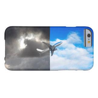 Coque iPhone 6 Barely There Vol plat hors de ciel orageux dans le ciel bleu