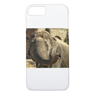 Coque iPhone 7 Éléphant se dirigeant en avant avec le tronc