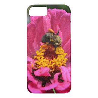 Coque iPhone 7 Le Zinnia rose et gaffent l'abeille